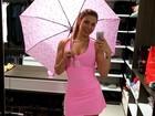 De vestido rosa curtinho, Sheila Mello exibe boa forma