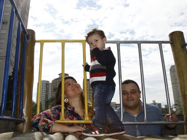 Rodrigo Rodrigues, sua esposa Marielle e o filho Rafael, de 2 anos. Rodrigo teve que aceitar uma proposta com salário inferior para voltar a trabalhar (Foto: Marcelo Pereira/G1)