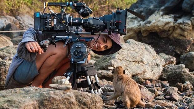 Um macaco de cauda longa fica de olho na camerawoman da BBC Sophie Darlington (Foto: BBC One)