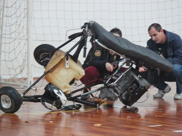 Peritos da polícia analisaram o ultraleve e isolaram o local do acidente (Foto: Giácomo Miranda/Diário Alto Vale/Divulgação)