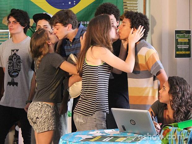 Amanda e Luana em ação, beijam os meninos (Foto: Malhação / TV Globo)