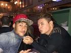 Com boné estiloso, Neymar é 'puxado' pelo colarinho por David Brazil