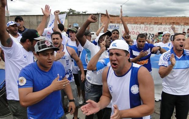 Torcedores do Cruzeiro fazem protesto na Toca da Raposa (Foto: Marco Antônio Astoni / Globoesporte.com)