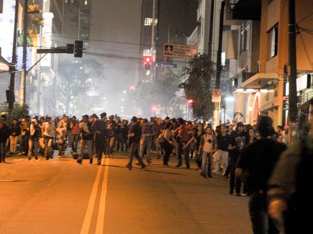 Manifestantes fogem das bombas da Rua Augusta. (Foto: Flavio Moraes/G1)