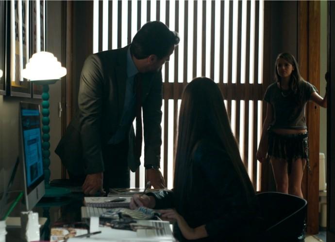 Giovanna flagra Alex e Angel no quarto em Verdades Secretas (Foto: TV Globo)
