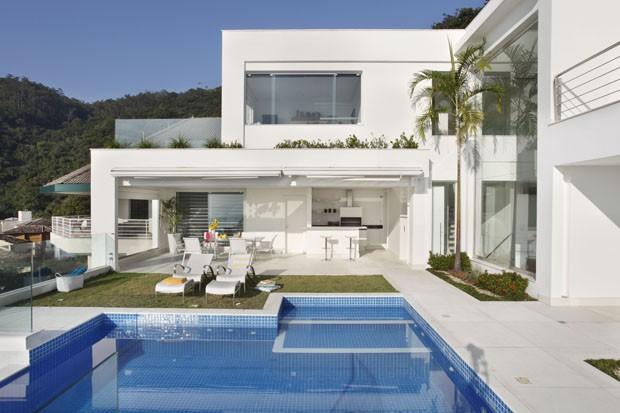 Casa branca e moderna tem vista para pontos ic nicos do for Foto casa classica