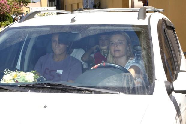 Isis Valverde saindo do hospital (Foto: Felipe Assumpção/AgNews)