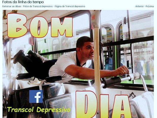 Em brincadeira, Wesley imita Super-Homem dentro de ônibus do Transcol. (Foto: Reprodução/Facebook)