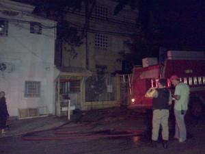 Incêndio atingiu edifício na madrugada deste domingo em Porto Alegre (Foto: Vanessa Felippe/RBS TV)