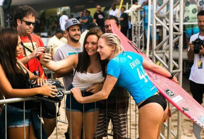 Laura recebe o carinho de fãs brasileiros em Grumari (Foto: Magdalena Kernan)