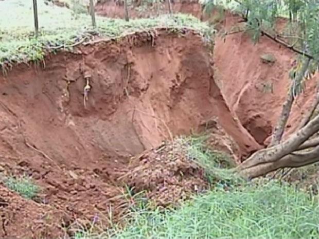 Buraco aberto arrastou árvores e deixou local intransitável no bairro Val de Palmas (Foto: Reprodução/TV Tem)