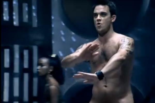 No clipe de 'Rock DJ'. Robbie Williams começa completamente vestido e vai se despindo até tirar a própria pele (Foto: Reprodução)