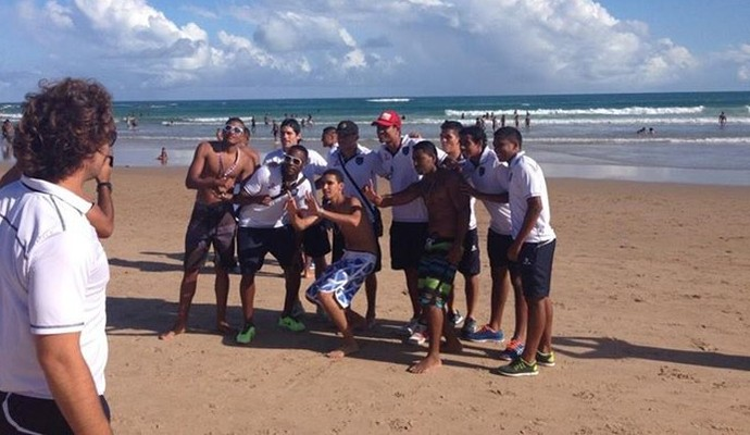 Jogadores do Universidad Vallejo na praia de Salvador (Foto: Divulgação/Universidad Vallejo)