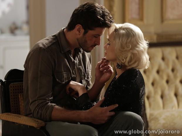 Aurora se ofece para cuidar de Davi e pinta um clima entre os dois (Foto: Fábio Rocha/TV Globo)