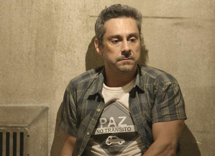 Preso, Romero descobre que Zé Maria é o pai do filho de Kiki (Foto: TV Globo)