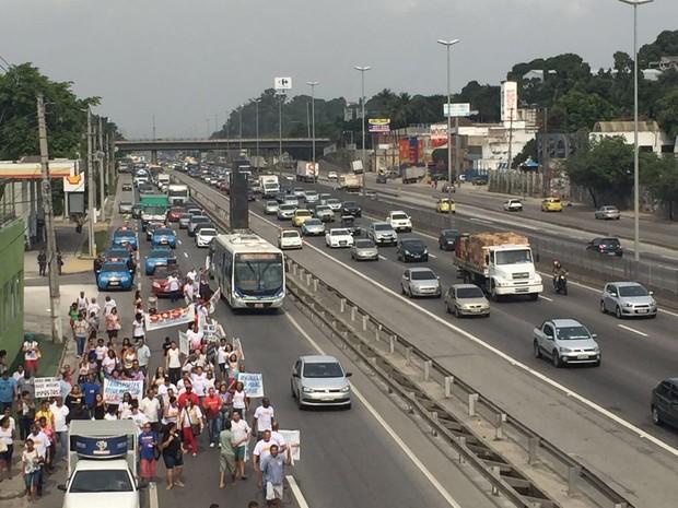 Trânsito apresentou retenções por causa da manifestação (Foto: Jorge Soares/ G1)