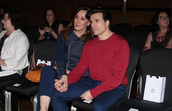 Claudia Raia e o marido, Jarbas Homem de Mello, estavam na plateia da SPFW (Foto: Ag News)