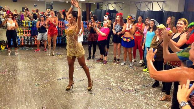 Ana Paula Evangelista na aula de samba (Foto: Divulgação)