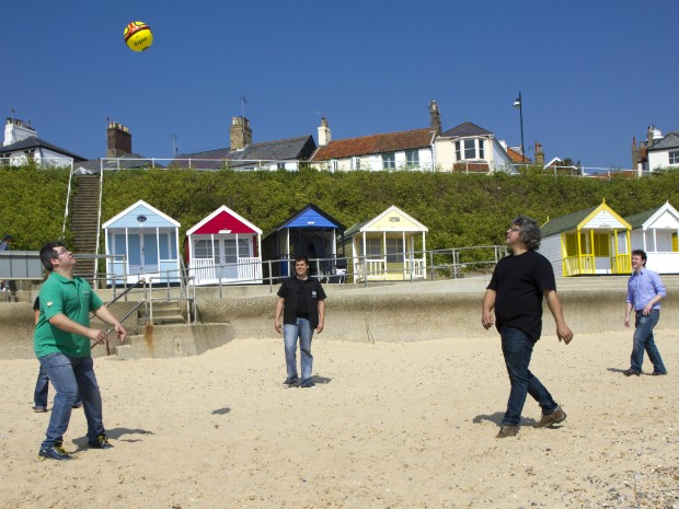 Os irmãos jogando bola na praia da Inglaterra (Foto: Arquivo Pessoal)