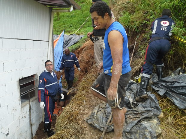 Homem morre em Itabira após ser atingido por deslizamento de terra (Foto: Atila Lemos / atilalemos.com.br)