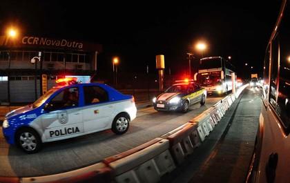 escolta ônibus palmeiras (Foto: Marcos Ribolli / Globoesporte.com)