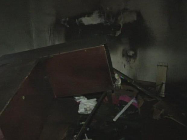 Incêndio na residência deixou casal ferido e mulher grave (Foto: Reprodução/ TV TEM)
