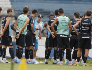 Enderson Moreira reúne todo grupo para conversa (Foto: Diego Guichard)
