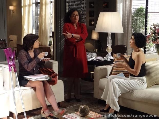 Em papo informal, Renata conta à Verônica que Érico já está com outra mulher (Foto: Sangue Bom/ TV Globo)