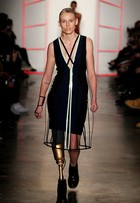 Lauren Wasser, a modelo da perna biônica, desfila no NY Fashion Week