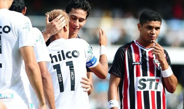 Neymar e Ganso se cumprimentam em jogo da primeira fase (Foto: Marcos Ribolli / Globoesporte.com)