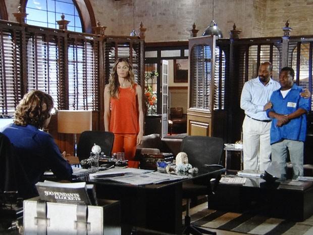 Ester leva Quirino e Alaor para testemunharem contra Alberto (Foto: Flor do Caribe / TV Globo)