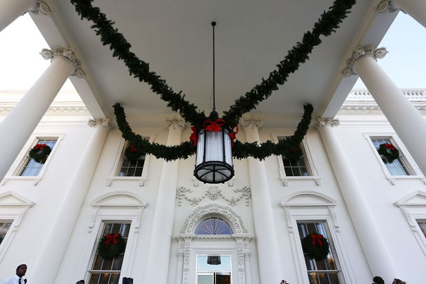 WASHINGTON, DC - NOVEMBER 27:  Christmas decorations are seen at the North Portico of the White House during a press preview of the 2017 holiday decorations November 27, 2017 in Washington, DC. The theme of the White House holiday decorations this year is (Foto: Getty Images)