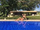 Ana Paula Siebert exibe curvas perfeitas em tarde de piscina