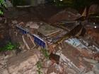 Muro de cemitério desaba durante chuvas e caixão fica em rua na PB