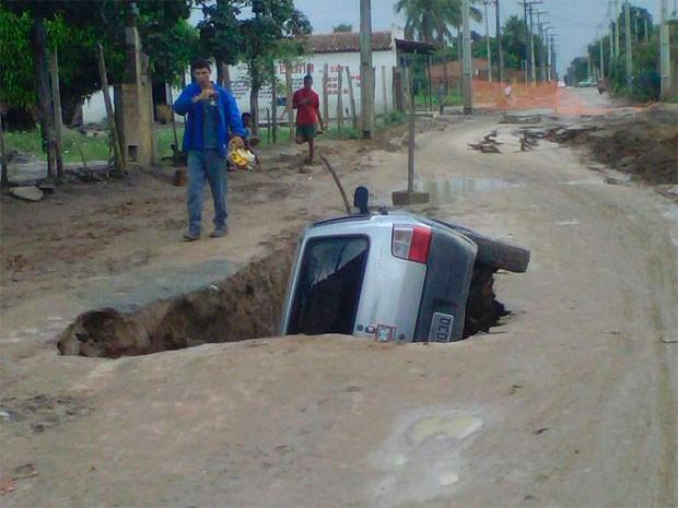 Carro é engolido por buraco em Feira de Santana, na Bahia (Foto: Rivanildo Santos Silva/Arquivo Pessoal)