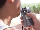 Motorista faz o teste do bafômetro durante fiscalização em Araçatuba (Foto: Reprodução/TV Globo)