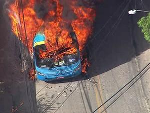 Veículos são queimados em protesto no bairro Caramujo, em Niterói (Foto: Reprodução/TV Globo)