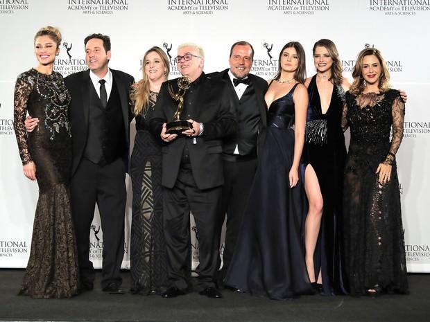 Walcyr Carrasco comemora com atores prêmio no Emmy Internacional em Nova York, nos Estados Unidos (Foto: Neilson Barnard/ Getty Images/ AFP)