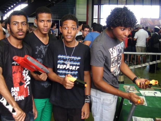 Grupo de amigos no jogo de zumbi no Gamepólitan, em Salvador (Foto: Ruan Melo/G1)