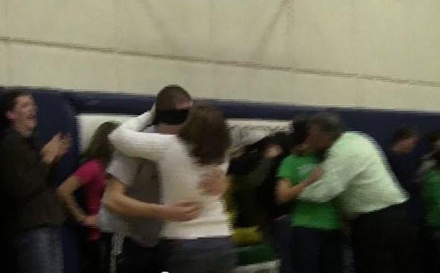 No ano passado, uma brincadeira em que estudantes com os olhos vendados eram beijados por seus próprios pais, em vez de colegas de escola em Rosemount, no estado de Minnesota (EUA), provocou polêmica. (Foto: Reprodução)