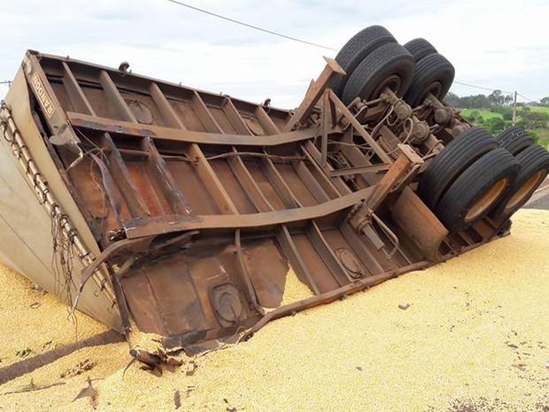 Carga de milho ficou espalhada na rodovia e parte do acostamento. Rio Preto (Foto: Jociano Garofolo/colaboração)