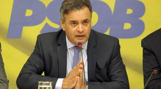 O presidente do PSDB senador, Aécio Neves, durante reunião da Executiva Nacional do PSDB, na semana passada, para anunciar uma posição oficial do partido em relação às manifestações do dia 15 de março (Foto: Givaldo Barbosa / Ag. O Globo)