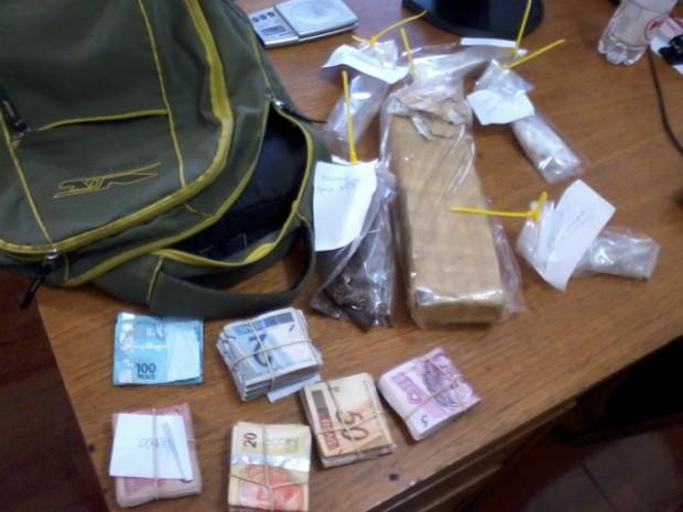 Durante a operação foram apreendidos aproximadamente R$ 3 mil e porções de drogas.  (Foto: Giliardy Freitas / TV TEM)
