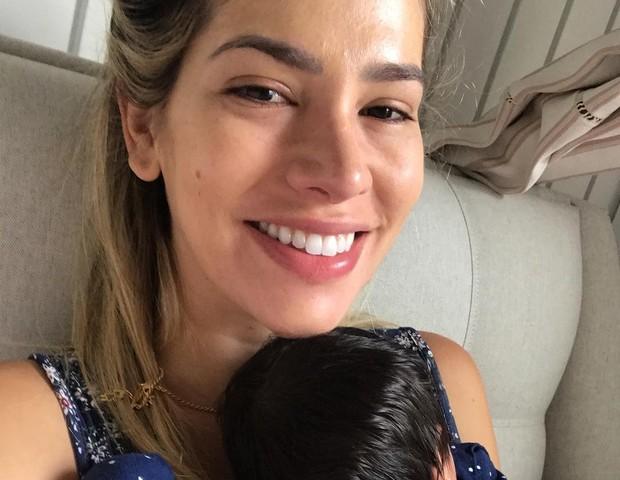 """Adriana, de """"cara lavada"""", com a recém-nascida, Linda (Foto: Reprodução Instagram)"""