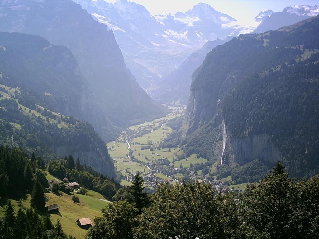 O vale e o vilarejo visto de cima (Foto: Reprodução)
