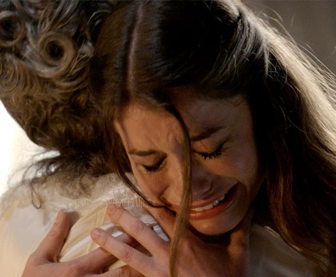 Lívia chora e abraça Vitória (Foto: TV Globo)