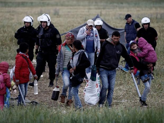 Migrantes saem do campo de Idomeni, em Lesbos, na Grécia (Foto: Yannis Kolesidis/Reuters)