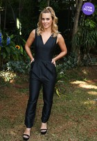 Look do dia: Carolina Dieckmann arrasa com macacão preto