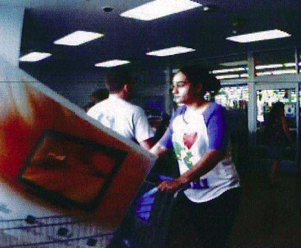 Mulher saiu de loja levando televisão de 46 polegadas sem pagar (Foto: Divulgação/Ocalia Police Department)