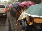 Educadores enfrentam fila e pegam chuva para uma vaga no Projovem